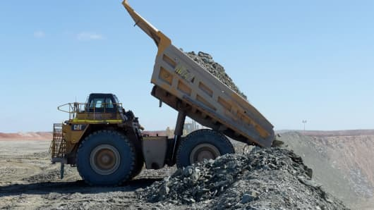 A dump truck unloads at Saracen Mineral Holdings Ltd.'s Thunderbox gold mine south of Leinster, Australia, on Sunday, July 31, 2016.