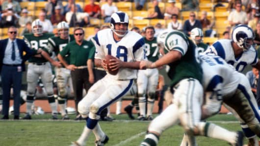 Roman Gabriel, #18 of the Los Angeles Rams, drops back to pass against the New York Jets on November 15, 1970, at the Los Angeles Memorial Coliseum.