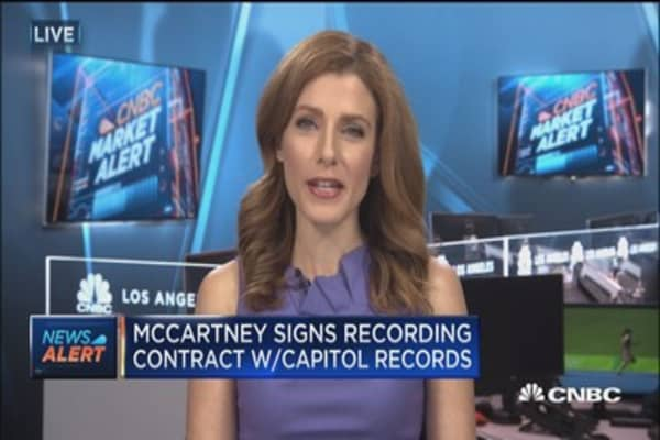Paul McCartney signs Capitol Records recording contract
