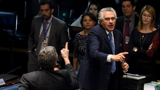 Senators Ronaldo Caiado (R) and Lindbergh Farias (back) exchange insults during the Senate impeachment trial of Brazilian suspended President Dilma Rousseff at the National Congress in Brasilia on August 25, 2016.