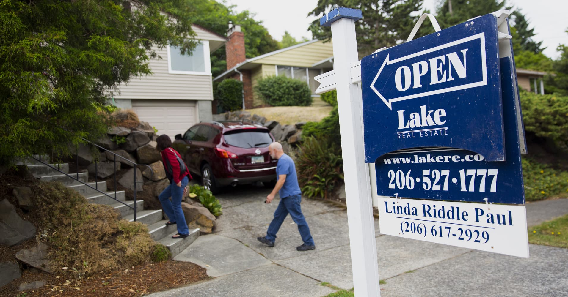 Weekly mortgage applications drop 3.2%, hit by tanking stocks and rising rates