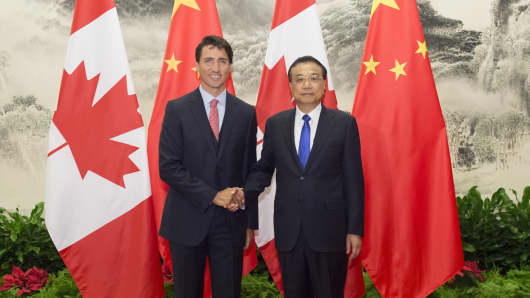 Chinese Premier Li Keqiang R holds talks with Canadian Prime Minister Justin Trudeau in Beijing,  Aug. 31, 2016. This is the first official visit of Trudeau to China since taking office in November 2015.