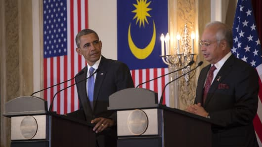 U.S. President Barack Obama (L) listens as Malaysian Prime Minister Najib Razak (R) speaks during a joint press conference at the prime minister's residence in Putrajaya, near Kuala Lumpur on April 27, 2014.