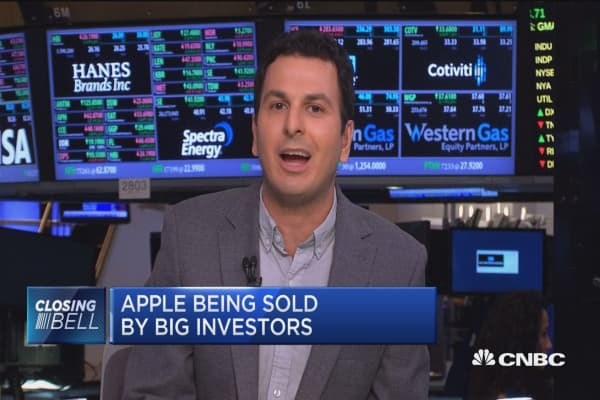 Apple being sold by big investors