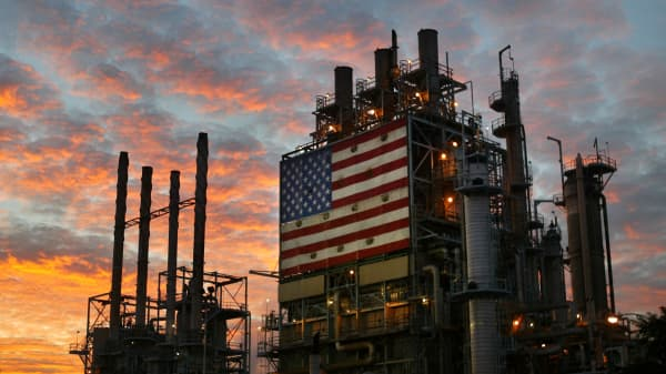 he Wilmington ARCO refinery is seen before dawn on December 19, 2003 in Los Angeles, California.