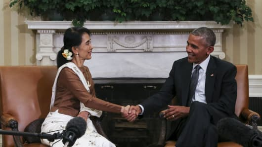 US President Barack Obama shakes hands with Aung San Suu Kyi, Myanmar state counselor, in the White House following a bilateral meeting on Wednesday, Sept. 14, 2016.