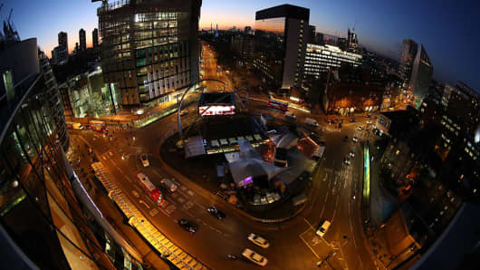 Traffic passes around the Old Street roundabout, also referred to as 'Silicon Roundabout,' in the area known as 'Tech City' at dusk in London, U.K., on Friday, Jan. 15, 2016