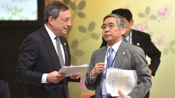 Governor of the Bank of Japan Haruhiko Kuroda (R) chats with European Central Bank President Mario Draghi (L) prior to the G7 Symposium entitled 'Future of the Global Economy' in the hot spring town in Sendai on May 20, 2016.