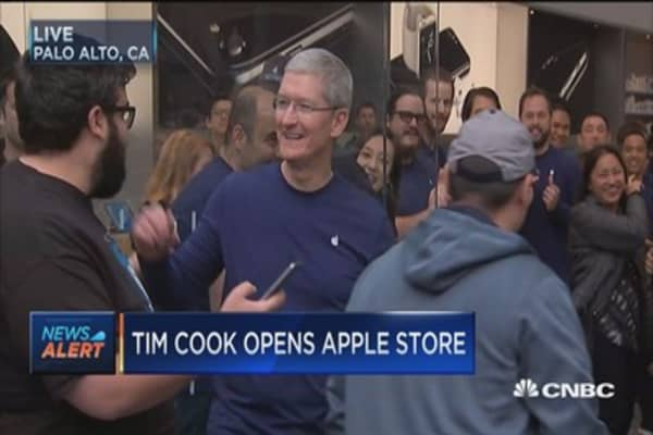 Tim Cook opens Apple Store