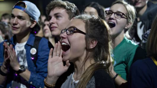 Young voters cheer for presidential candidate