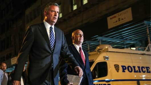 New York City Mayor Bill de Blasio (L) and New York Police Department Commissioner James O'Neill at the site of an explosion in the Chelsea neighbourhood of Manhattan, New York.