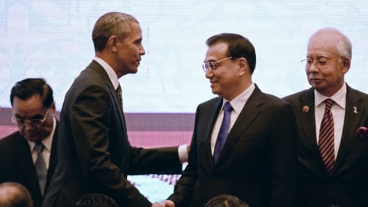 US President Barack Obama (L) shakes hands with Chinese Premier Li Keqiang at the Asean Summit on November 22, 2015.