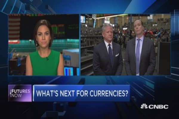 Mexican peso rallies, dollar wavers post-debate