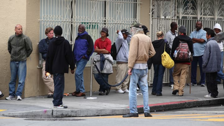 People line up to receive a free meal at the St. Anthony foundation dining room in San Francisco, California (File photo).