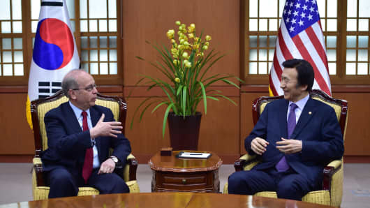US Assistant Secretary of State for East Asian and Pacific Affairs Daniel Russel (L) talks with South Korean Foreign Minister Yun Byung-Se (R).