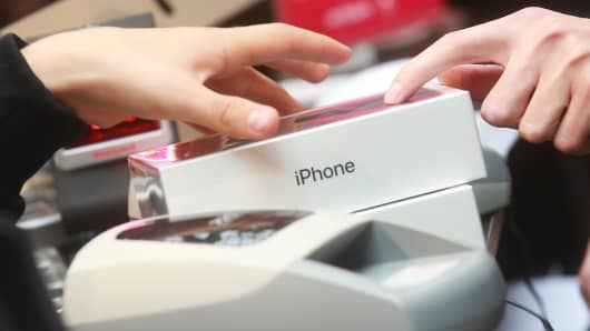 People buying new Apple iPhone 7 and iPhone 7 Plus phones