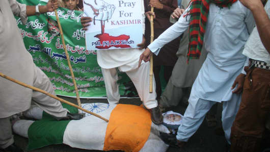 Pakistanis hit an effigy of Indian Prime Minister Narendra Modi during a protest in Karachi on September 30 against the Indian Army's activities Kashmir.