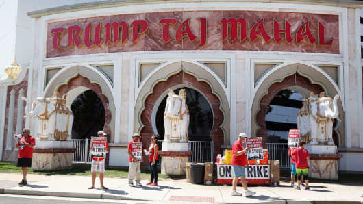 Employees of the Trump Taj Mahal are on strike August 4, 2016 in Atlantic City, New Jersey.