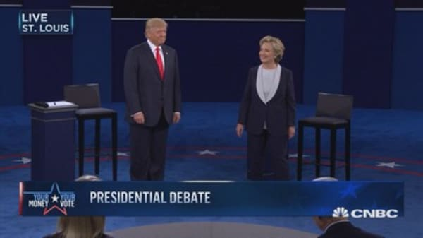 Trump, Clinton refrain from shaking hands