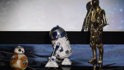 Star Wars C-3PO (R) R2D2 and BB-8 (R) arrive on stage at the 88th Oscars on February 28, 2016 in Hollywood, California.