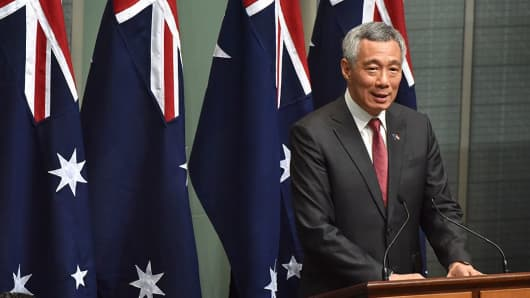 Singapore's Prime Minister Lee Hsien Loong, speaks to members and senators of the Australian government, Parliament House in Canberra on October 12, 2016.