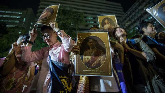 Well-wishers reacts to the death of Thailand's King Bhumibol Adulyadej at Siriraj hospital. Thai King Bhumibol Adulyadej was the world's longest reigning monarch and died at the age of 88 after a long illness.