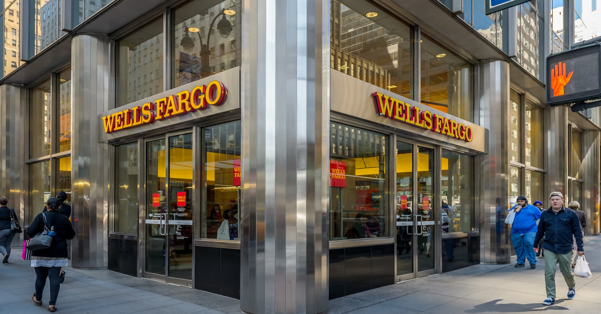 Wells Fargo reported third quarter earnings that edged out expectations  Friday. Shares of the scandal-plagued bank gave up most of their earlier  gains to ... 212c375b6