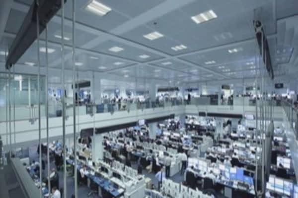 Deutsche Bank weighs more job cuts