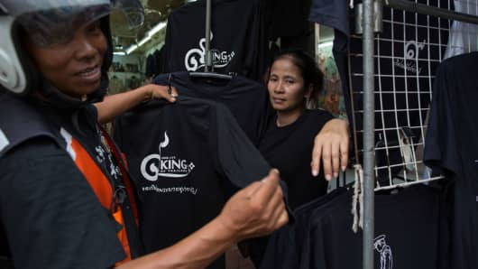 Vendors selling black t-shirts to grieve Thailand's late King Bhumibol Adulyadej.