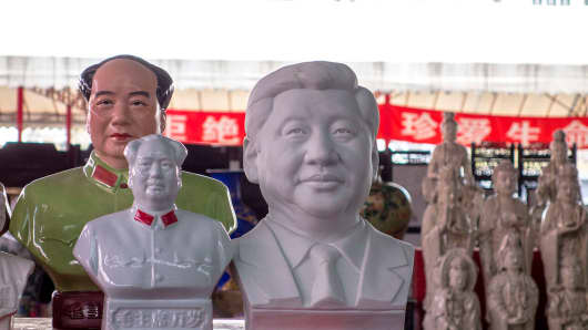 Porcelain statue of Mao Zedong and Xi Jinping on a stall. Beijing Panjiayuan market is the most popular antique market in China, especially on Saturday and Sunday, when there are more vendors and visitors than on weekdays.