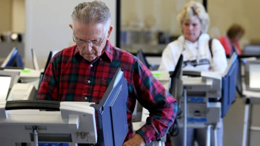 Voters cast ballots as early absentee voting began ahead of the U.S. presidential election in Cleveland, Ohio, on Oct. 12, 2016.
