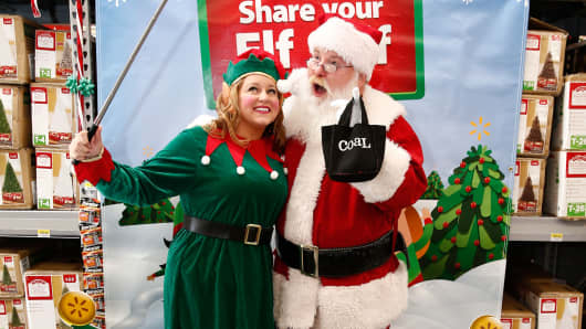 Wal-Mart is rolling out selfie booths to its massive fleet of stores this holiday.