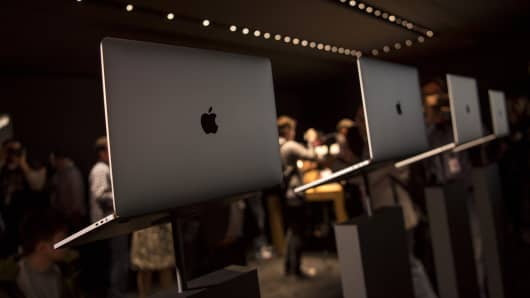 Attendees view new MacBook Pro laptop computers during an event at Apple Inc. headquarters in Cupertino, California, U.S., on Thursday, Oct. 27, 2016.