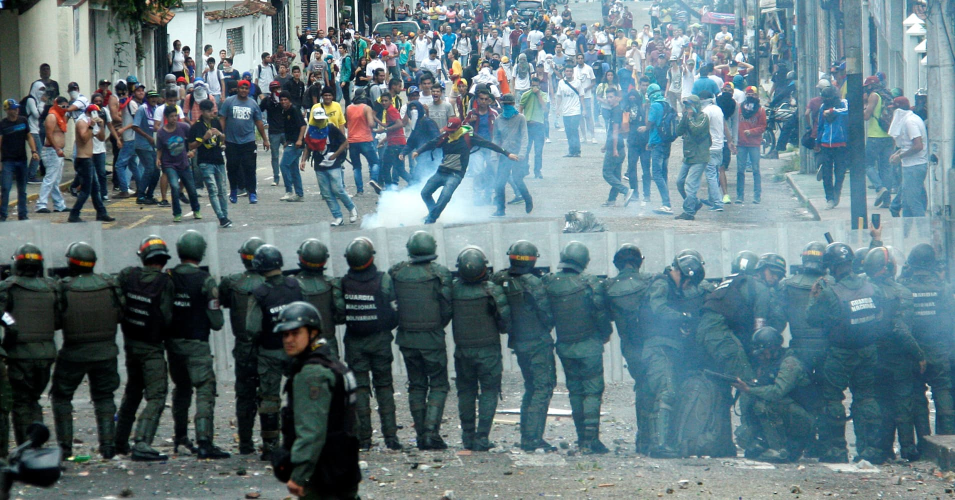 Venezuelas Problems Get Worse As Protests And Riots Be e More Violent on caracas venezuela real estate