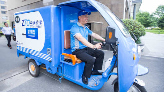 Chairman of ZTO Express Lai Meisong delivers goods during the 2016 Global Smart Logistic Summit on June 13, 2016 in Hangzhou, Zhejiang Province of China.