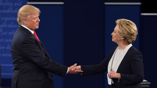U.S. Democratic presidential candidate Hillary Clinton (R) and U.S. Republican presidential candidate Donald Trump shake hands at the end of the second presidential debate.