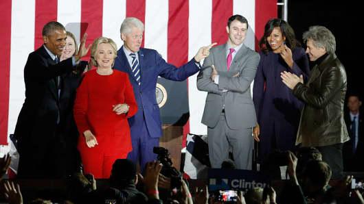 (L-R) Barack Obama, Chelsea Clinton, Hillary Clinton, Bill Clinton, Mark Margolies-Mezvinsky, Michelle Obama, and Jon Bon Jovi at Independence Hall on November 7, 2016 in Philadelphia, Pennsylvania.