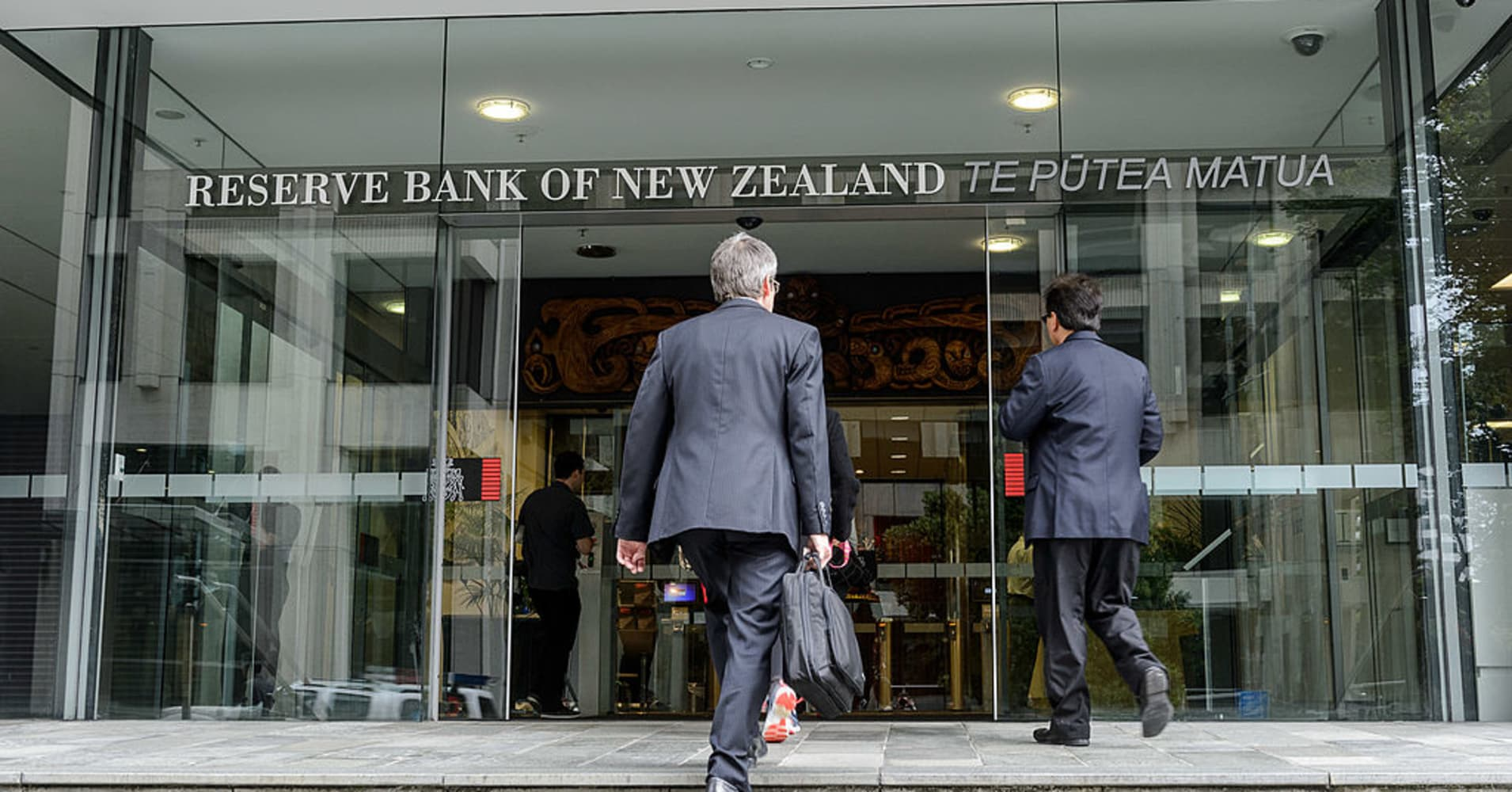 New Zealand central bank shifts to neutral tone and warns of growth risks