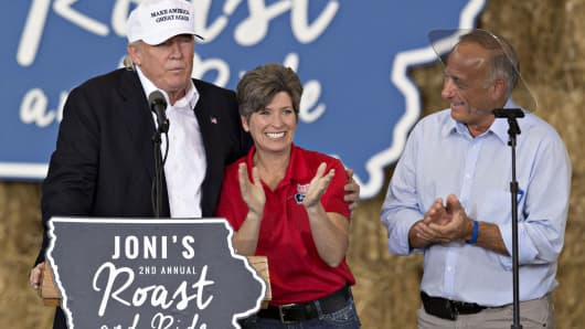 Donald Trump, 2016 Republican presidential nominee, left, stands on stage with Senator Joni Ernst, a Republican from Iowa, center, and Representative Steven 'Steve' King, a Republican from Iowa, at the conclusion of the 2nd annual Roast and Ride hosted by Ernst in Des Moines, Iowa, Aug. 27, 2016.