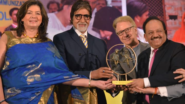 Union Health Minister, Harsh Vardhan, WHO Representative to India Nata Menabde (L) and Trustee, Rotary Foundation, Sushil Gupta (R) presenting a memento to UNICEF Goodwill Ambassador and Bollywood actor Amitabh Bachchan during UNICEF celebrates a 'Polio Free India' function in New Delhi.