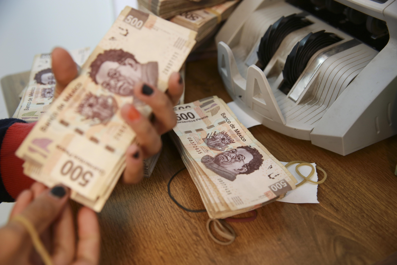 Mexican peso briefly falls 1 percent vs us dollar after central mexican peso briefly falls 1 percent vs us dollar after central bank hikes rates nvjuhfo Choice Image