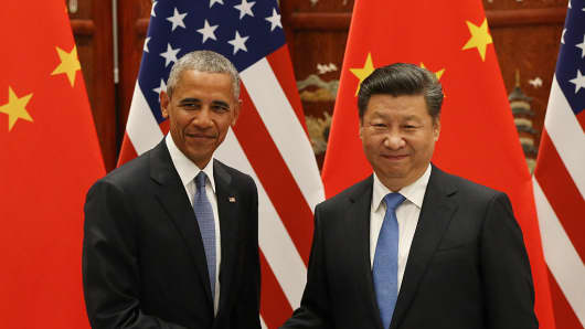 US President Barack Obama (L) and Chinese President Xi Jinping shake hands.