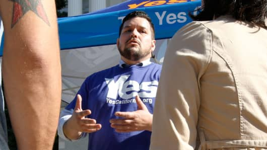 Marcus Ruiz Evans, center, of the Yes California Independence Campaign, talks to passersby about California seceding from the United States and becoming its own nation, Wednesday, Nov. 9, 2016, in Sacramento, Calif.