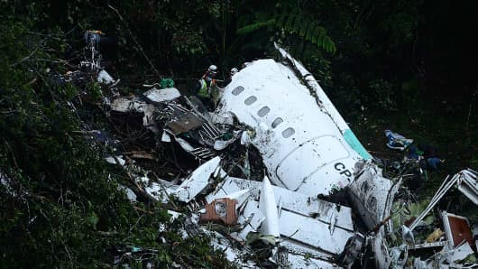 Rescuers search for survivors from the wreckage of the LAMIA airlines charter plane carrying members of the Chapecoense Real football team that crashed in the mountains of Cerro Gordo, municipality of La Union, on November 29, 2016.