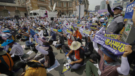 South Koreans protest a plan to deploy THAAD on July 13, 2016. The missile system will be deployed in southeastern South Korea, angering not only North Korea and China but also local residents who fear of potential health hazards caused by the U.S. system.