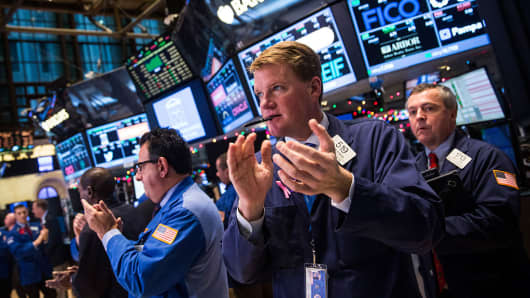 Traders clapping on the floor of the New York Stock Exchange on December 18, 2014