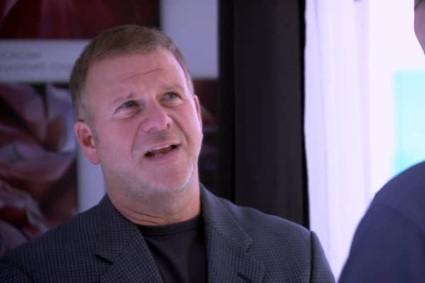 Tilman Fertitta explains pricing to sculptor Jed Malitz.