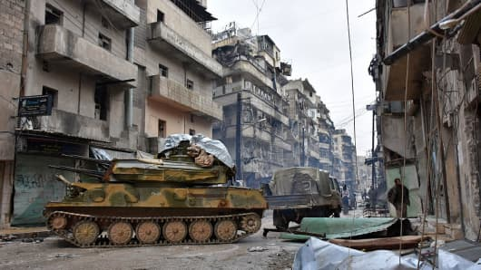Syrian pro-government forces advance in the Jisr al-Haj neighborhood during the military operation to retake remaining rebel-held areas in the northern embattled city of Aleppo on December 14, 2016.
