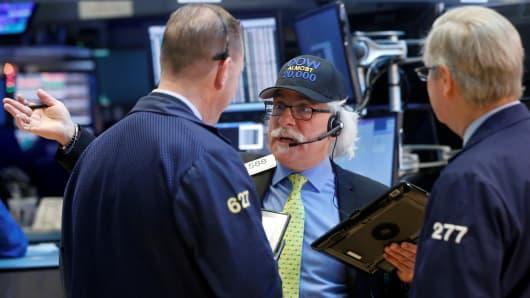 US stocks close higher as tech rebounds
