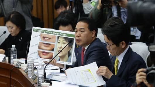 Opposition People 's Party lawmaker Lee Yong - Joo at the National Assembly's third round of hearings on December 14, 2016.